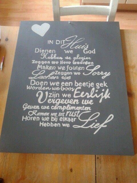 Printen en met carbonpapier op een bord schrijven. Daarna verven.