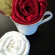 Rosa de guardanapo na xícara para uma linda mesa