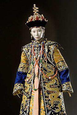 En pleine guerre de l'opium, Ci'an fut impératrice douairière conjointement à Cixi. Cependant Ci'an resta dans l'ombre de Cixi qui fut nommée Sainte Mère Impératrice Douairière car elle était la mère biologique du seul fils mâle de Xianfeng.