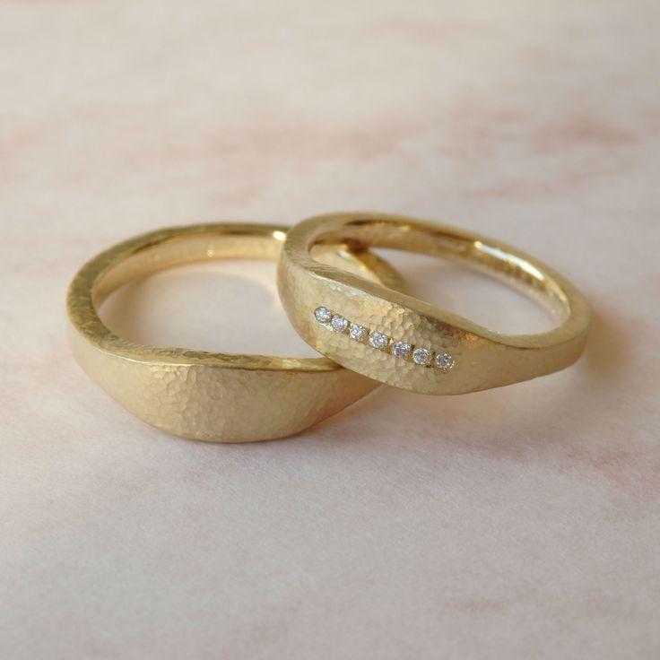 特徴的なフォルムに細かな槌目模様があしらわれたゴールドのマリッジリング [marriage,wedding,ring,bridal,K18,マリッジリング,結婚指輪,オーダーメイド,ウエディング,ith,イズマリッジ]