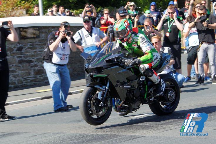 James Hillier vola al TT sulla Ninja H2R nuovo record di velocità http://www.italiaonroad.it/2015/06/12/james-hillier-vola-al-tt-sulla-ninja-h2r-nuovo-record-di-velocita/