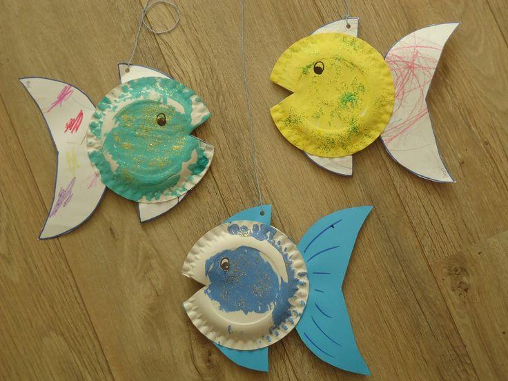 De mooiste vis van de zee.. gemaakt van stevig papier en twee bordjes van karton. Alles laten kleuren/verven en de glitter in de nog natte verf strooien.