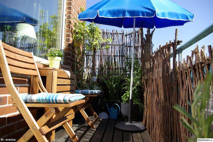 söderbalkong,söderläge,parasoll,utemöbler,balkong,sittdynor,turkos,kryddor,blommor,ikea,växter,växter sommar