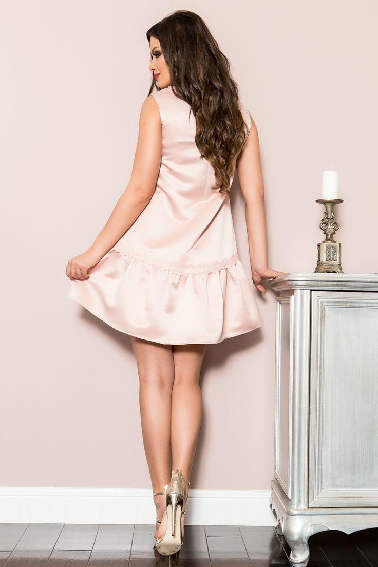 Rochie scurta roze, accesorizata cu dantela, croi in A, prezinta volan la terminatie. Produsul se inchide cu fermoar la spate.