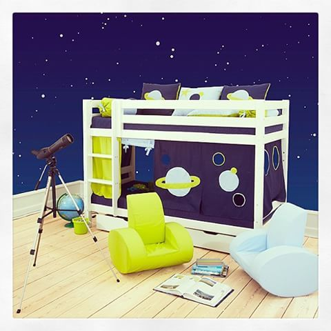 Etasjeseng med Space-tekstiler ⭐🌙🌍🌌 #kidsparadiseno #space #hoppekids #verdensrommet #stjerner #planeter #bedroller #lekehytte #gutterom #barnerom