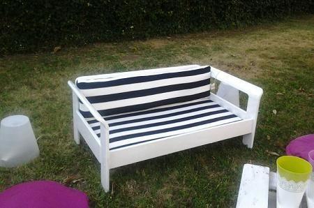 divano giardino bianco e stoffa a righe bianche e nere