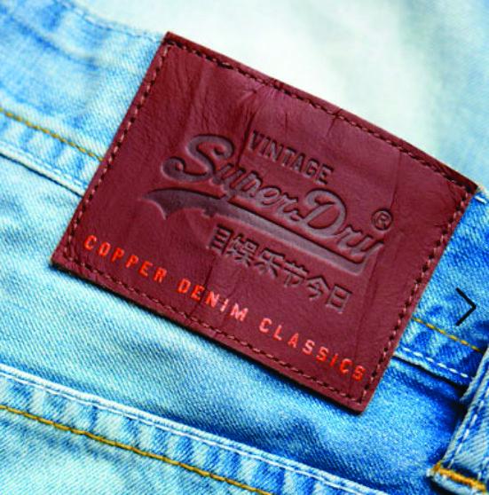 etiqueta de cintura para jean grabada Superdry.