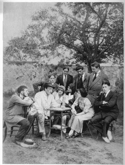 Dullin, Copeau, Armand Tallier, Blanche Albane, Jeanne Lory, Suzanne Bing, Antoine, Cariffa ; debout : Roche, Jouvet, Roger Karl