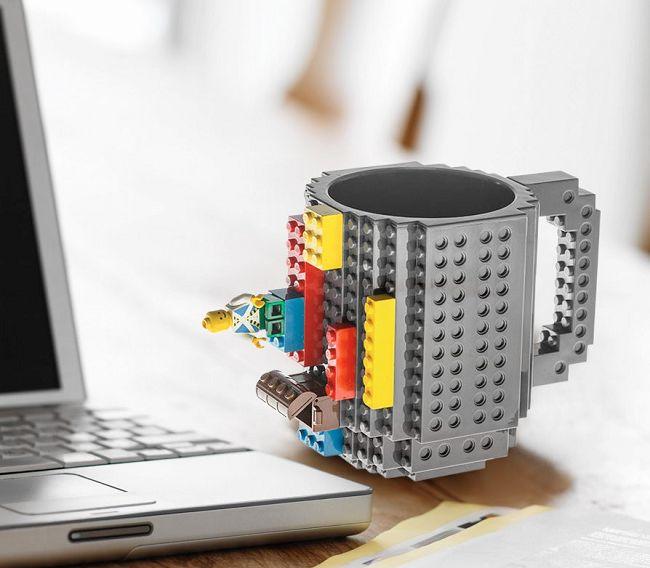 Kubek pasujący do klocków Lego to kreatywny gadżet, który zapobiega nudzie podczas śniadania, czy przerwy w pracy. Spodoba się zarówno dzieciom, które nie będą mogły oderwać się od swojej porannej porcji kakao, jak i dorosłym, którym przypomni, jakże wspaniałe, czasy dzieciństwa. Kubek jest w rozmiarze XXL dlatego zmieści się do niego sporo ulubionego napoju. W zestawie Klockowego Kubka...