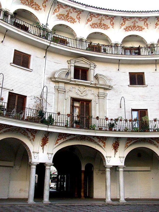 La Plaza del Cabildo de Sevilla es uno de lugares típicos y hermosos de la…