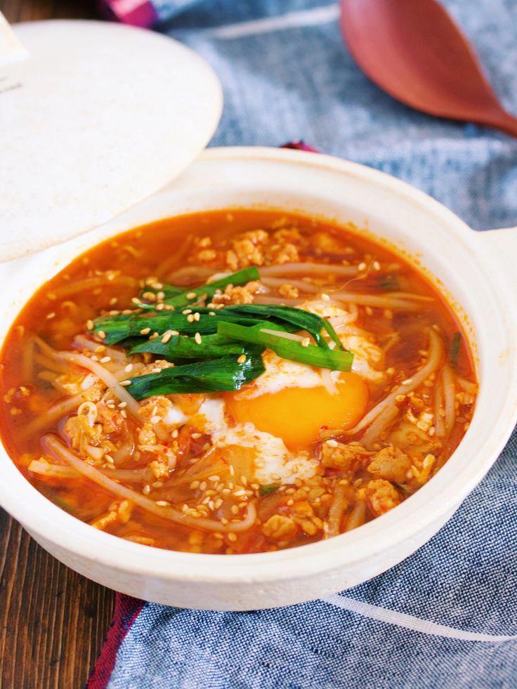 """焼肉のたれでラクラク♪『ひき肉ともやしのチゲ風おかずスープ』 by Yuu / お正月あけに嬉しい野菜たっぷりの節約系スープ。今回は、冷えた身体が温まるようにとピリ辛のチゲ風に。また、お野菜が高いこの時期は年中価格が安定している""""白菜キムチ""""を使うことで家計も大助かり♪ちなみにスープは""""焼肉のたれ""""を使ってお手軽に。旨味がたっぷりなので淡白なもやしも立派なメインになりますよ♡ / Nadia"""