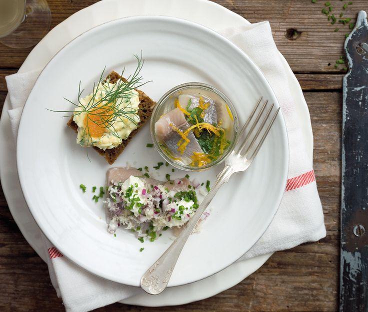 Silltallrik,Inlagd sill med lök och smetana, Gubbröra med löjrom, Snabbinlagd sill med apelsin och ingefära | Recept ICA.se
