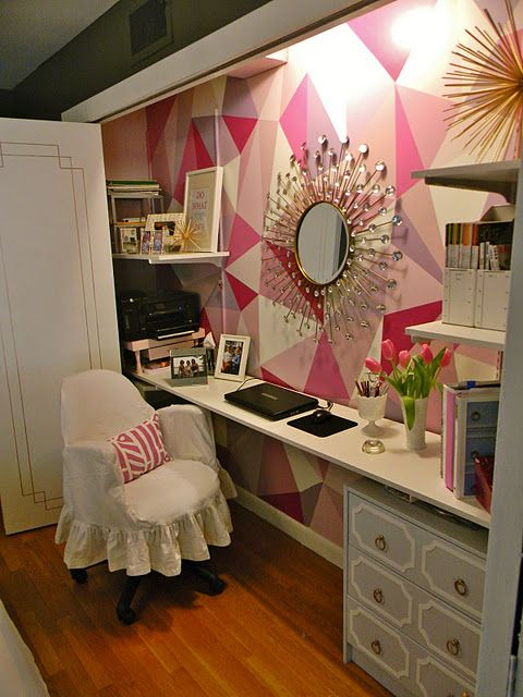 Not only do I love the wall, but I wish I had closet doors like that in my guest room to make a mini-office out of the closet! Such a space saver!