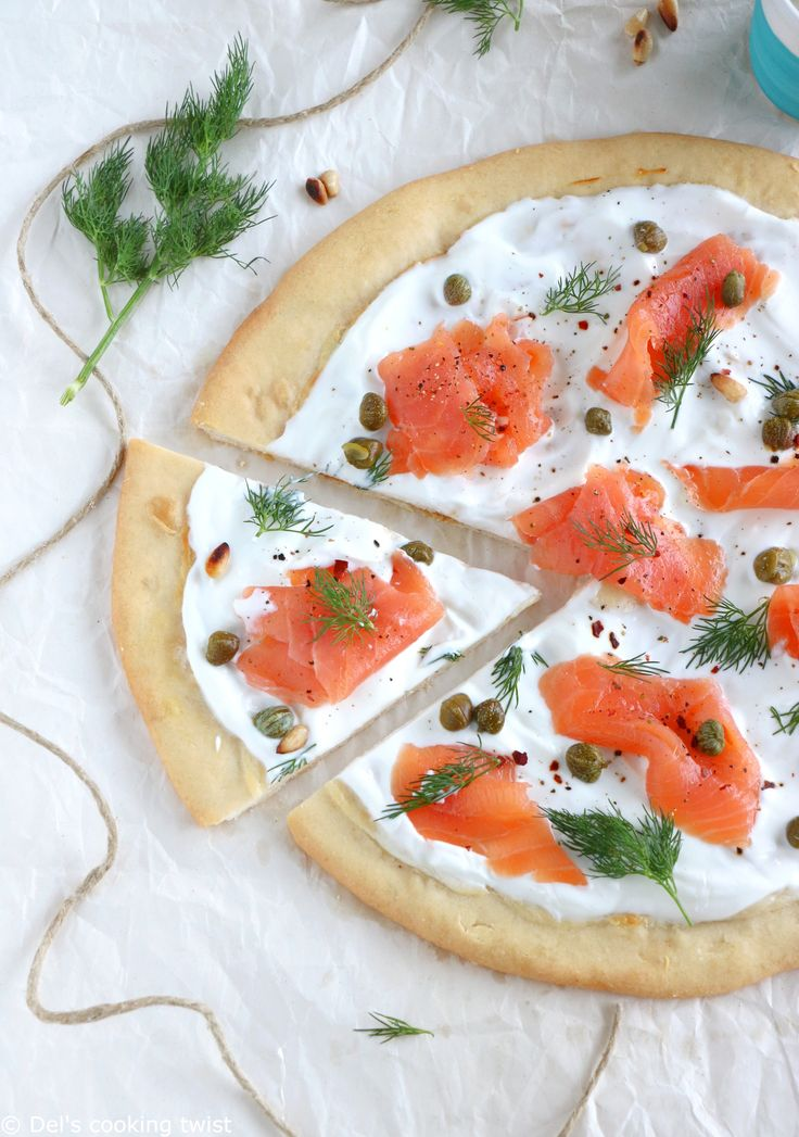 With smoked salmon, capers, sour cream and dill, this easy-to-prepare white pizza has never been so fancy! | Del's cooking twist