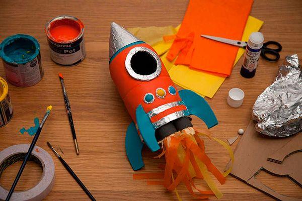 La manualidad reciclada de hoy es para pequeños astronautas. Os enseñamos el paso a paso para fabricar un cohete con una botella reciclada.