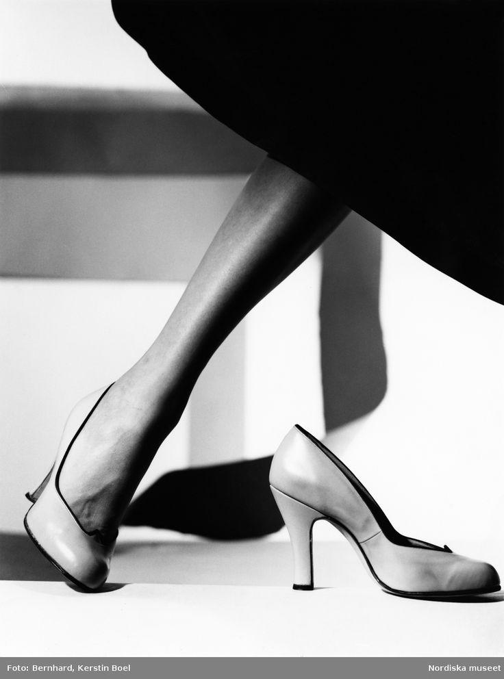 Skomode, ljusa pumps och kanten av en mörk kjol. Fotograf: Kerstin Bernhard, ca 1950-1959