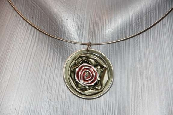 Bild 4: Schmuck aus Nespresso Kapseln bzw Anhänger in grün mit einer rose! Einzelstück - unikat