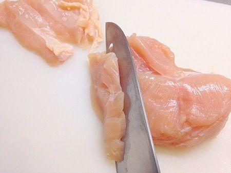 鶏むね肉って安いしヘルシーなんだけど、熱を通すと硬くなるしパサパサするしイマイチ…、と思い込んでいる方、必読です。無料メルマガ『独身男性が自分で作る簡単! 腹いっぱい! ガッツリレシピ』では、鶏むね肉を柔らかく調理する裏 … 続きを読む: あったまるし疲労も回復。鶏むね肉をとぅるんといただく絶品鍋レシピ