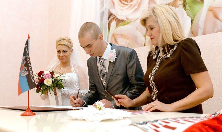 DONIECK, UKRAINA. Chociaż uroczyście zawarli związek małżeński, nie są do końca pewni, czy w świetle ukraińskiego prawa są mężem i żoną. To konsekwencje wycofania służb cywilnych z terenów przejętych przez separatystów.