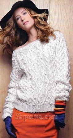 Белый свитер с рельефными узорами, вязаный спицами
