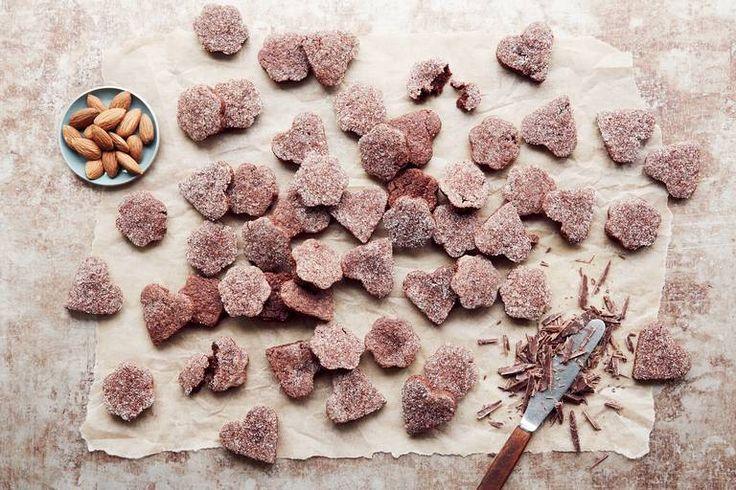 Basler brunsli - en avhengighetsskapende sveitsisk spesialitet med mandler og sjokolade. Flere småkaketips på Smak.no. #bakmedsmak #baslerbrunsli #julekaker #småkaker