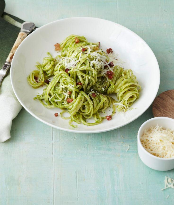 Linguine Frankfurter Carbonara: Hier kommt unsere cremige alternative zum italienischen Klassiker: Carbonara mit würzigem Speck und viel frühlingshaftem Grün.