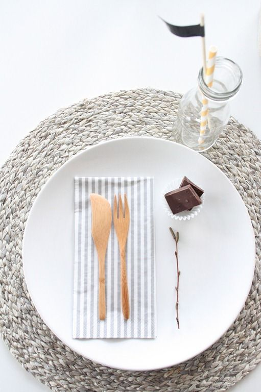 A stunning placemat + table setting. Great inspiration for your next hosted summer lunch or dinner.
