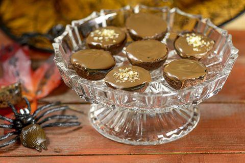 Nämä superherkulliset pikkuleivät yllättävät. Suklaakerroksen alta löytyvä musta hopeatoffeekinuski saa makunystyrät kipristelemään. Viattoman näköiset sokerirakeet pinnalla saavat herkuttelijan silmiin tuikkeen, sillä pinnalle on ripoteltu Quai Sud-poksusokeria, joka poksahtelee suussa hauskasti tuoden lapsuusajan muistot mieleen: Poksahtelevat lakritsi-suklaapikkuleivät