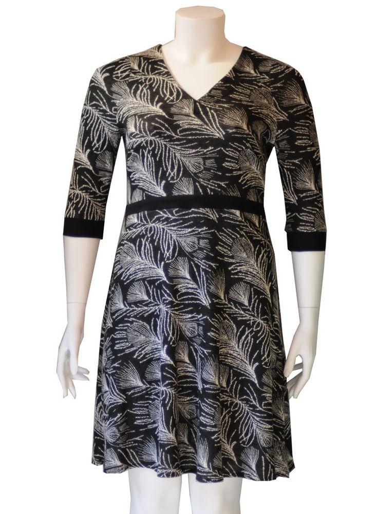 Sort plus size strikkjole med mønster af fjer. #retrodress #modernretro #plussize #fashion