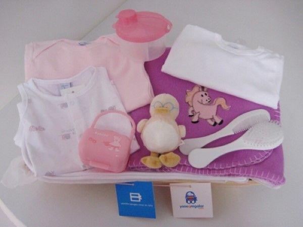 """Hoy te queremos presentar una de nuestras cestas especial para recién nacidos, en este caso, nuestra cesta está especialmente pensada para niñas, y por eso la hemos llamado """"Cesta Ainoha"""", y está compuesta por productos de la marca Badibu."""