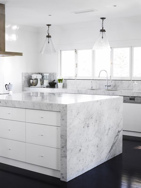 White marble wrapped white lacquer kitchen                                                                                                                                                     Mais