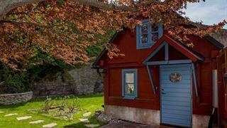 Hemnet kryllar av flotta och lyxiga villor. Vi har samlat 13 av de allra dyraste – allt från en flådigt slott i i Valdermarsvik till ett konstnärligt hem på Gotland. Bläddra vidare för att titta på de helt makalösa husen.
