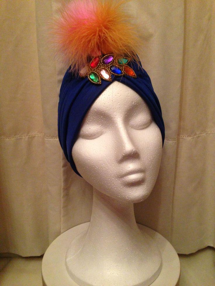 Turbante azul eléctrico con pedrería y composición de plumas!