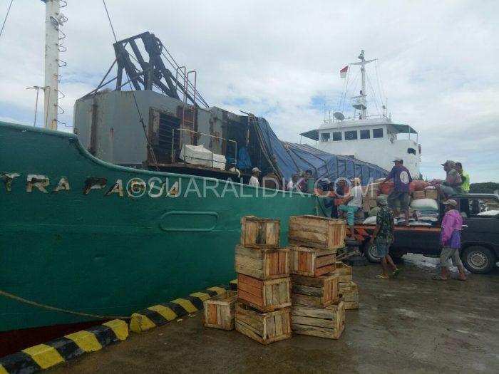 SuaraLidik.Com, Bulukumba – kapal KM Mitra Papua kapal perintis ini Setia melayani para pengguna jasa khususnya para penumpang yang bakal melakukan penyeberangan atau dengan mempergunakan transportasi laut dari pelabuhan Leppee menuju pelabuhan Kabaena. Senin, (08/05/2017) Aktivitas buruh...