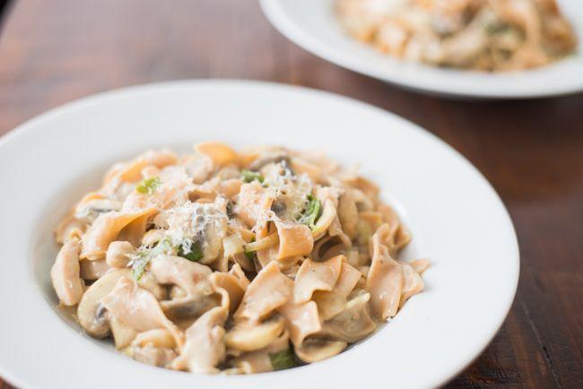 Pasta met kippendijen in lichte champignonsaus