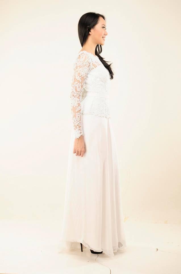 Dress bustier yang memiliki punggung terbuka memberikan kesan sexy namun elegan.
