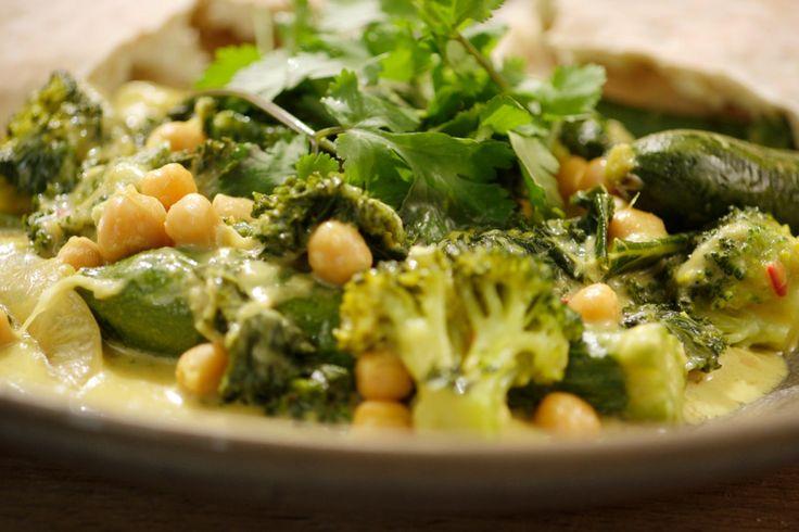 Vandaag staat er boerenkool op het menu. Jeroen verwerkt ze in een oosterse curry met onder andere kikkererwten, minicourgettes en broccoli.Boerenkool is ontzettend gezond. De groente bevat veel vitaminen, mineralen en sporenelementen. Wist je bijvoorbeeld dat er meer calcium in boerenkool zit dan in melk? En bovendien krijg je nog een flinke dosis ijzer binnen. Een perfect eenpansgerecht voor een vegetarische avondmaaltijd.