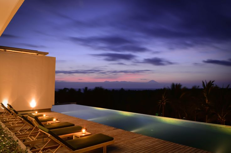 View from the infinity pool overlooking the Ocean. The Kamana Swimming Pool.