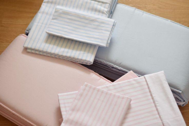 Påslakanset ljusrosa rand och ljusblå rand, samt spjälskydd ljusrosa och ljusblå, kollektion: NG Baby Sensitive   Källa: Tvillingmorsan.se