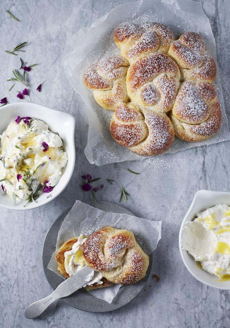 Underbart franskt bakverk med smör, vanilj och äggulor i degen