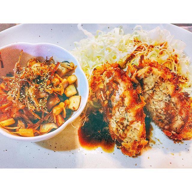 🍖✨. . . この前食べた晩御飯💓. . 今回は彩悪すぎて、、、. メンチカツ きのこのバター醤油炒め キャベツ千切り 本当はきんぴらごぼうが作ってあったのを 載せようと思ったんだけど すっかり忘れててこんな彩に、、😭. . テーブルコーディネートとか 資格とか勉強とか お料理教室通ったりしたいな✈️✈️. . . #肉#肉女子#肉食系女子#揚げ物#メンチカツ#バター醤油#カツ#キャベツ#ごちそうさまでした#晩ご飯#dinner#2人飯#お家ご飯#ふたり#お家#おうちごはん#うちごはん#よるごはん#夕食#料理#料理写真#cooking#カフェご飯#カフェ#カフェ風#おうちカフェ#Instagram#Instagood#Instafood#Instalike