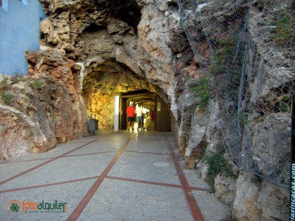 Denia. Refugio Antiaéreo de Denia. entre 1937 y 1938, en plena Guerra Civil española, se excavó un túnel de 200 metros bajo la roca del castillo de Denia para servir de refugio a la población civil cuando se producían bombardeos de la aviación Nacional. El túnel tiene dos entradas y se puede atravesar por completo. Una desde el centro histórico de Denia y otra desde la muralla norte del castillo. #Denia  #RefugioAntiaéreo #CastilloDenia #Alicante #Spain.