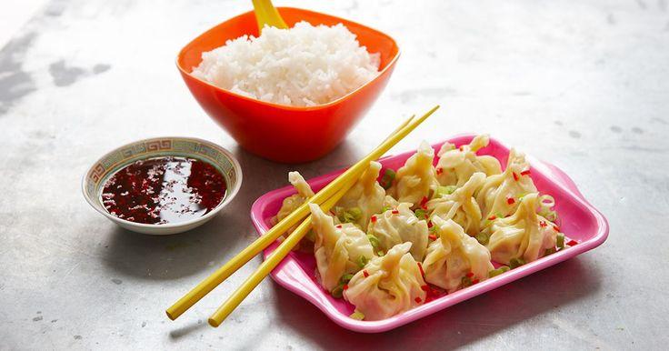 Dumplings är små fyllda, kinesiska degknyten som gärna dippas i smakrik sås. Wontondeg hittar du i asiatiska butiker eller gör själv efter vårt recept.