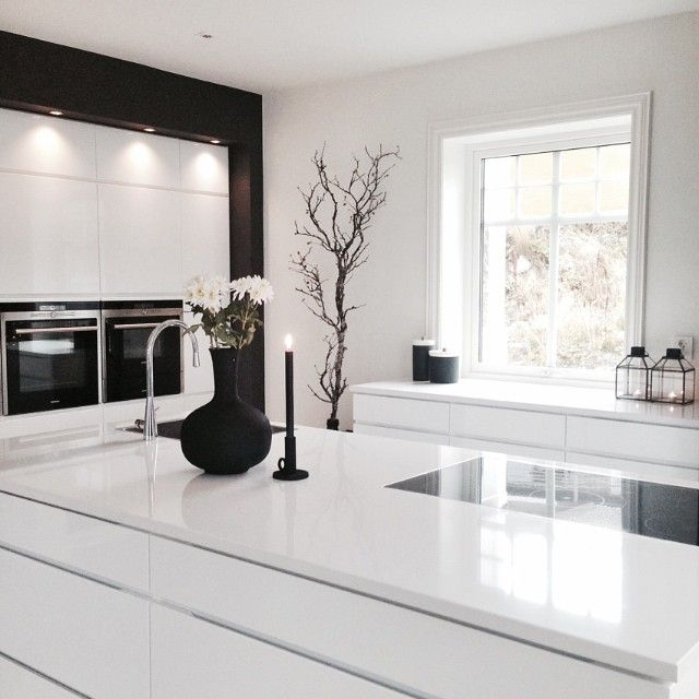 black and white kitchen via _hana_style_/Instagram