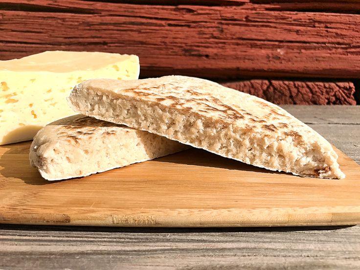 Enkelt och gott naturligt glutenfritt bröd som du gräddar blixtsnabbt direkt i stekpannan. Bovete och teff gör brödet näringsrikt och rustikt.