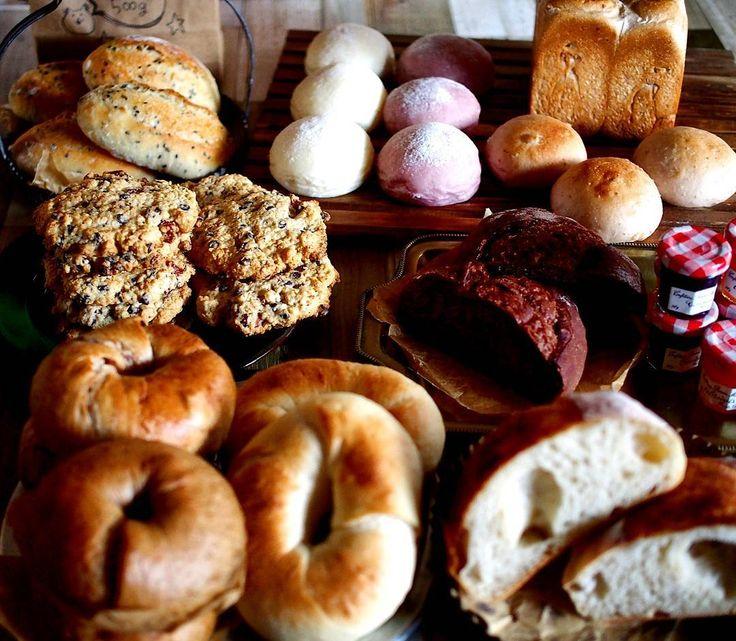 爆焼きday パン便のお返しにオナツの不味いパンを送りつけると言うイジメ ちなみに写真のパンは一部で倍ほど焼いてます結構余ったw 角食はボウズになったし酒粕カンパは大穴だしチョコカンパは詰まってるしでなんだこりゃだけど無事発送してきた お口に合いますように オナツゲッソリw  #自家製酵母 #ヨーグルト酵母 #みかん酵母 #ベーグル #角食パン #白パン #クッペ #カンパーニュ #オートミールクッキー #あんぱん #ジャム #パン便 #presents #breads #herdbread #naturalyeast #ちいやんにベーグルは送れない #なぜならちいやんのベーグルは世界一だから by nekozukionatsu