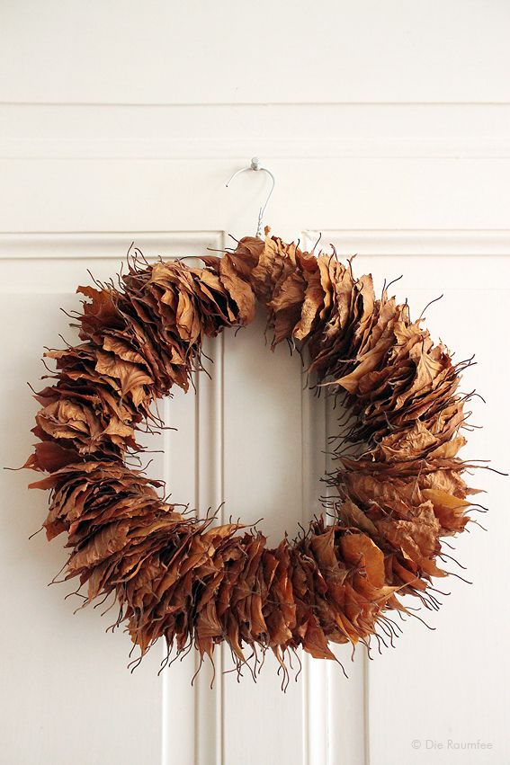 Die Raumfee im Herbst: Upcycling-Türkranz aus Buchenblättern und Draht-Kleiderbügel // Upcycling-door wreath, made of beech leaves and a wire hanger