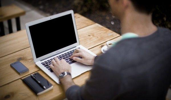 Jak siedzieć przy biurku dbając o kręgosłup i plecy