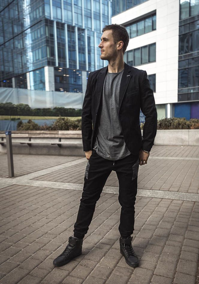 Comfortable and subtle outfit from Bolf with an elegant blazer. The graphite basic T-shirt was set with joggers and sneakers. It's a street and loose stylish everyday set.
