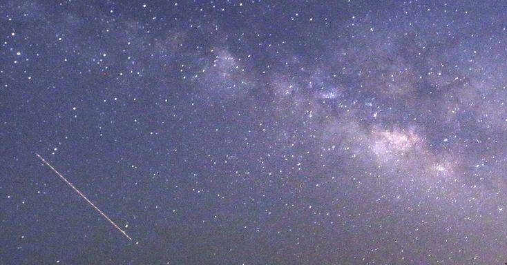 Nesta imagem feita em longa exposição, chuva de meteoros líridas é avistada no céu em Thanlyin, em Mianmar. Nesta visão, os meteoros cruzam o céu próximo à Via Láctea. A chuva de meteoros ocorreu a partir de 21 de abril de 2015